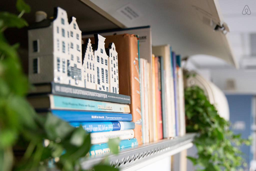 KLM Airplane Apartment - Bookshelf